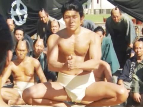 鈴木亮平の筋肉美、西郷どんの相撲で魅せた!